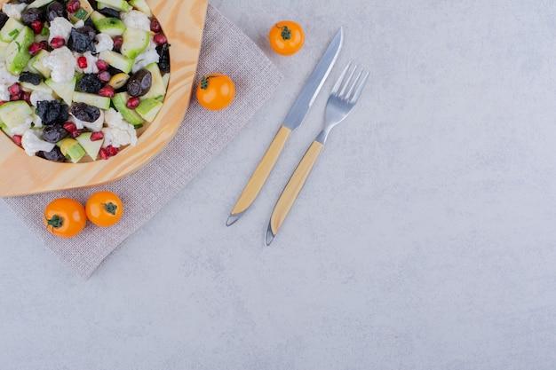 Salade met zwarte olijven en groenten in een schotel