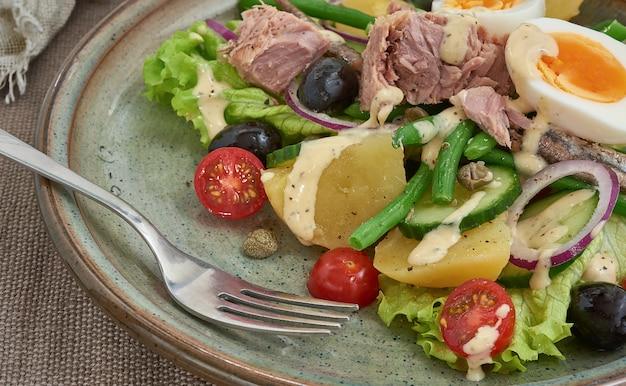 Salade nicoise voor een gezond eten. vergulde dichtbij bekeken