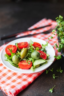 Salade olijf fruit groente olijven tomaat komkommer sla mix bladeren snack keto of paleo dieet