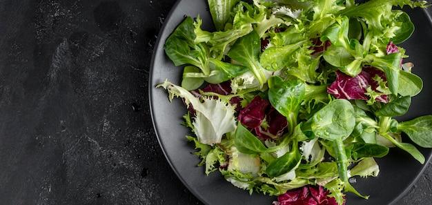 Salade op plaat met kopie ruimte