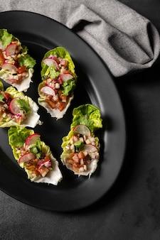 Salade op sneetjes brood en doek