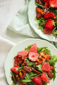 Salade op witte tafel