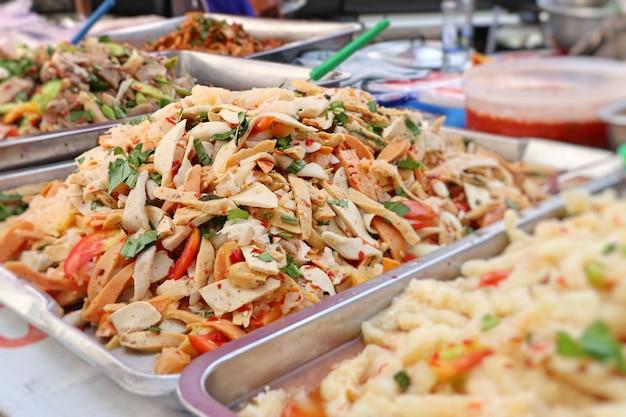 Salade pittig bij straatvoedsel