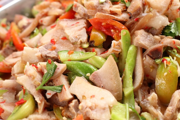 Salade pittig op straat eten