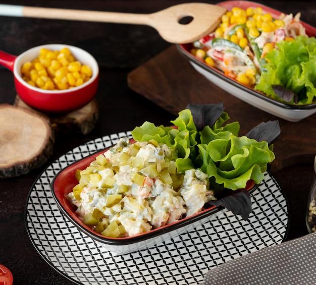 Salade salade met verse groenten en augurken gegarneerd met mayonaise