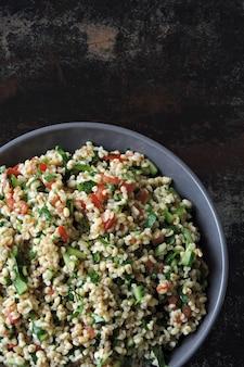 Salade tabouleh. gezonde salade met bulgur en groenten. libanees recept. midden-oosterse keuken.