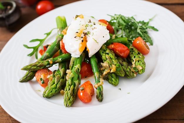 Salade van asperges, tomaten en gepocheerd ei