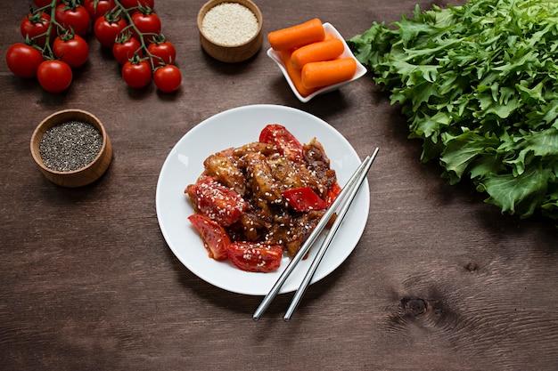 Salade van aubergine, peper en wortel. koreaanse auberginesalade. kopieer ruimte. plat leggen.