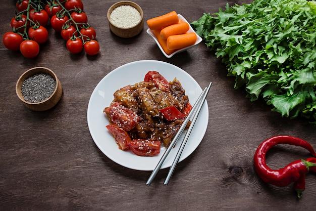 Salade van aubergine, peper en wortel. koreaanse auberginesalade. vegetarisme. uitzicht van boven. kopieer ruimte. plat leggen.