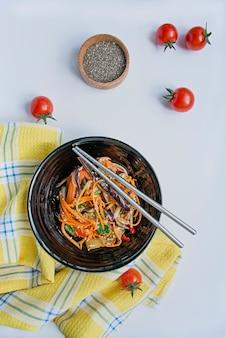 Salade van aubergine, peper en wortel.