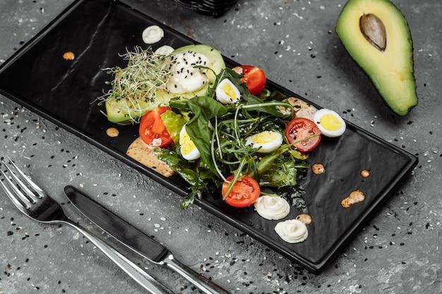 Salade van avocado en cherrytomaat. dieet ontbijt. gezond eten.