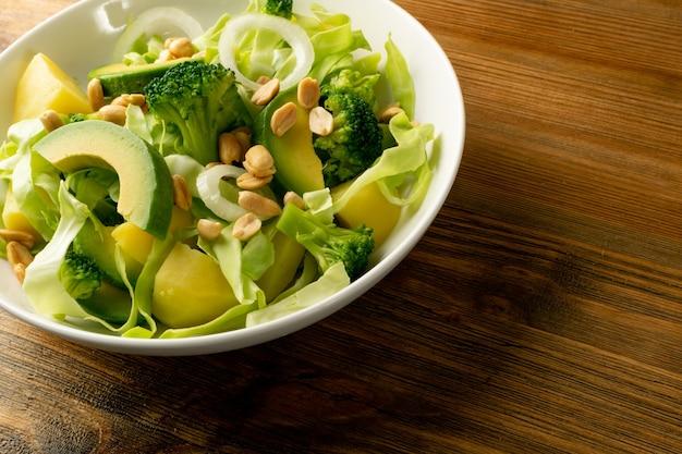 Salade van avocado, komkommer, broccoli, aardappelen en pinda's