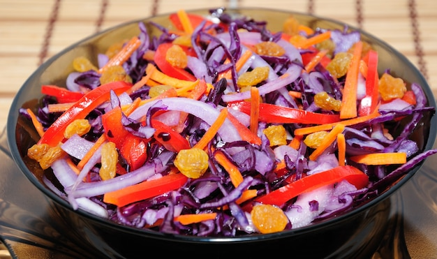 Salade van blauwe kool met wortel, paprika en rozijnen