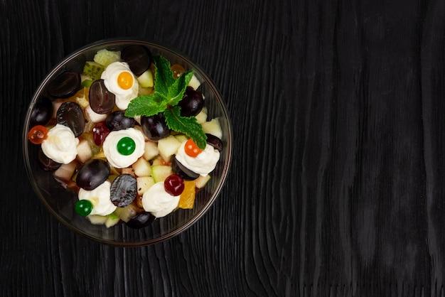 Salade van druiven appels peren kiwi sinaasappels met mascarpone kaas en room gezond vers fruit sum...