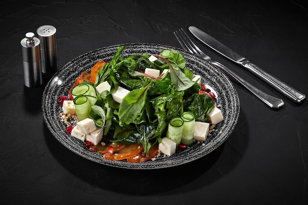 Salade van geitenkaas met kakigroenten komkommers granaatappel en walnoten