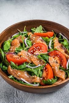 Salade van gerookte zalm met rucola, tomaat en groene groenten
