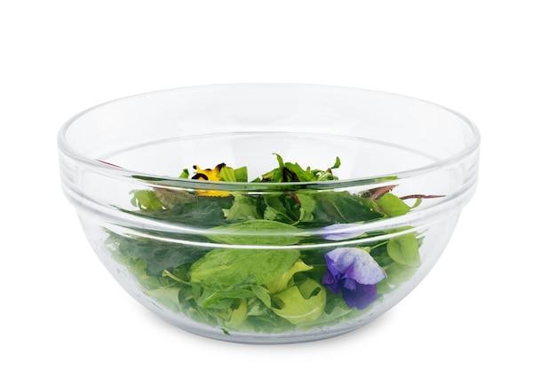 Salade van groenten, kaas en radijs op een afgelegen witte achtergrond