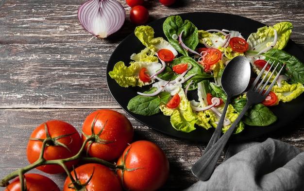 Salade van kerstomaatjes en bladeren