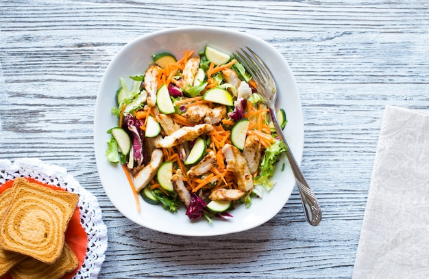 Salade van kipfilet met courgette en kerstomaatjes,