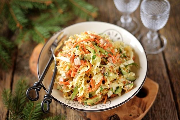 Salade van pekingkool, komkommer, wortel en gerookte kipfilet met yoghurtdressing.