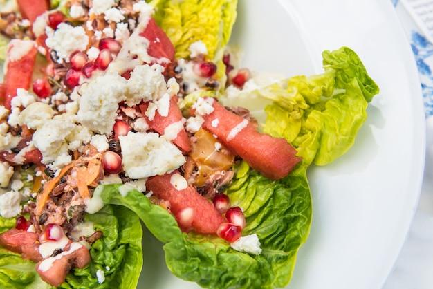 Salade van quinoa, zwarte gerst, watermeloen en feta