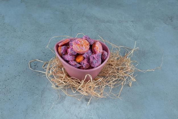 Salade van rode biet en wortel in een keramische beker.