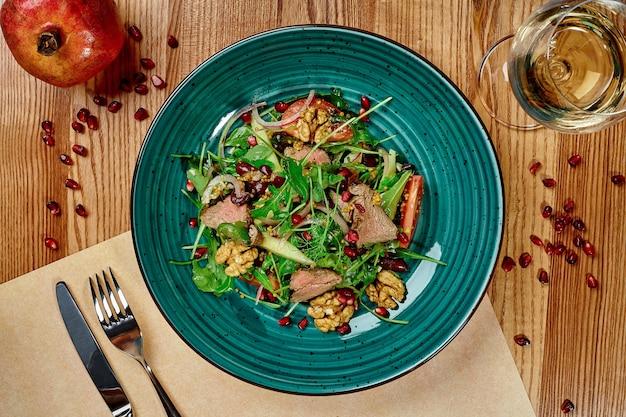 Salade van rode bonen en kalfsvlees met groentjes en groenten