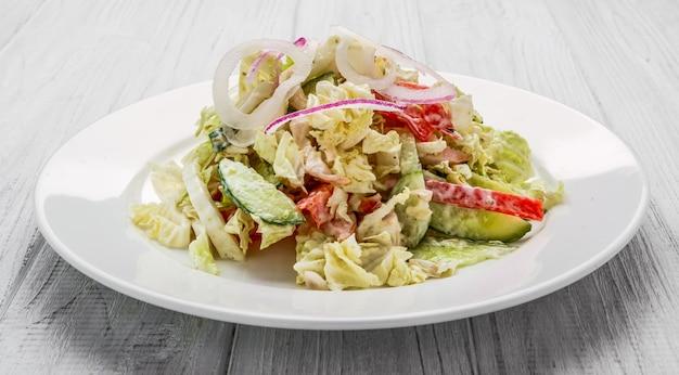 Salade van rookworst, pittige wortel, tomaat, komkommer en kruiden, gekleed met mayonaise