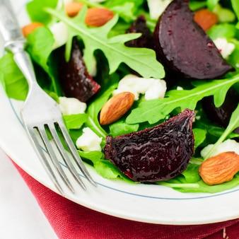 Salade van rosbiet, amandel, feta en rucola