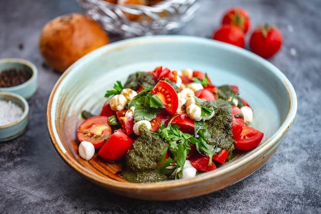 Salade van tomaat en mozzarella met pestosaus en peterselie