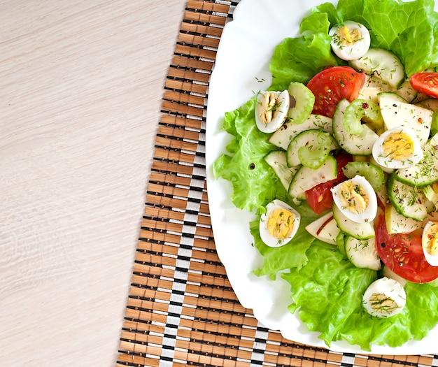 Salade van tomaten, komkommers en kwarteleitjes