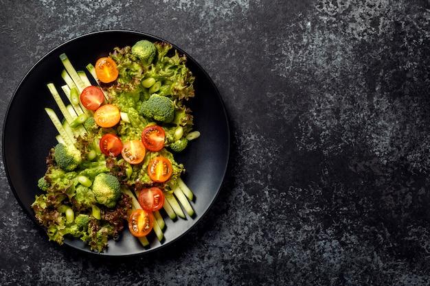 Salade van verse groenten, bovenaanzicht.