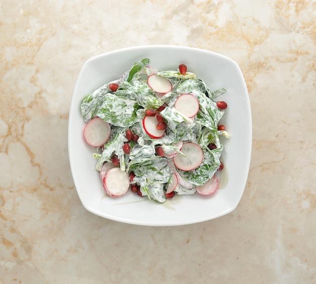 Salade van verse radijs, spinazie en granaatappel
