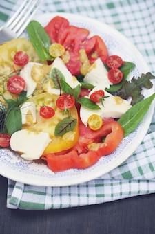 Salade van verse tomaten met geitenkaas