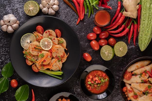 Salade vietnamese varkensworst met chili, citroen, knoflook, tomaat