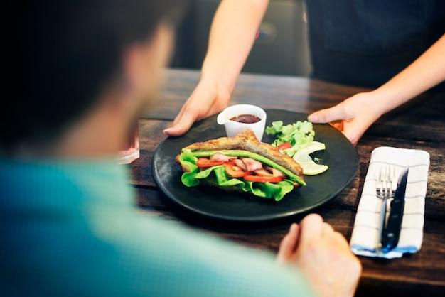Saladecroissant die het orden van voedselconcept dienen