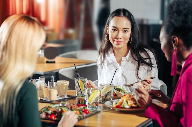 Salades en limonade mooie zakenvrouwen die smakelijke salades eten en limonade drinken voor de lunch