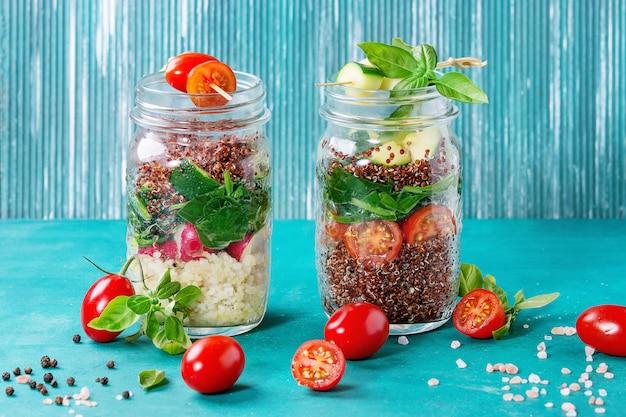 Salades met quinoa in potten