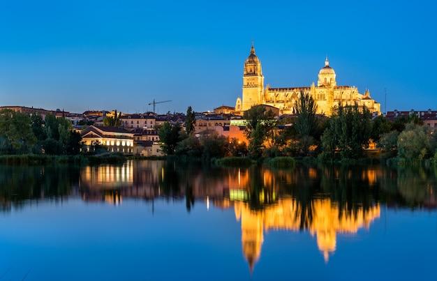Salamanca kathedraal weerspiegelt in de rivier de tormes in spanje
