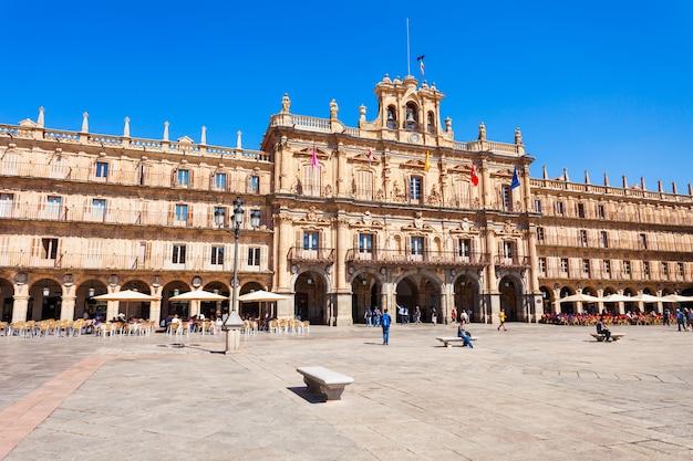 Salamanca, spanje - 22 september 2017: the plaza mayor of main square is een groot plein gelegen in het centrum van salamanca, gebruikt als een openbaar plein, spanje