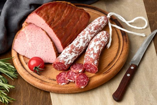Salami en filet vlees op een houten bord