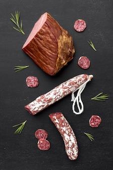 Salami en filetvlees op bureau