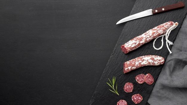 Salami en tomaten met kopie-ruimte Gratis Foto