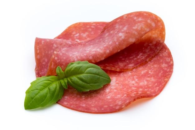 Salami gerookte worstplakken die op wit knipsel worden geïsoleerd als achtergrond
