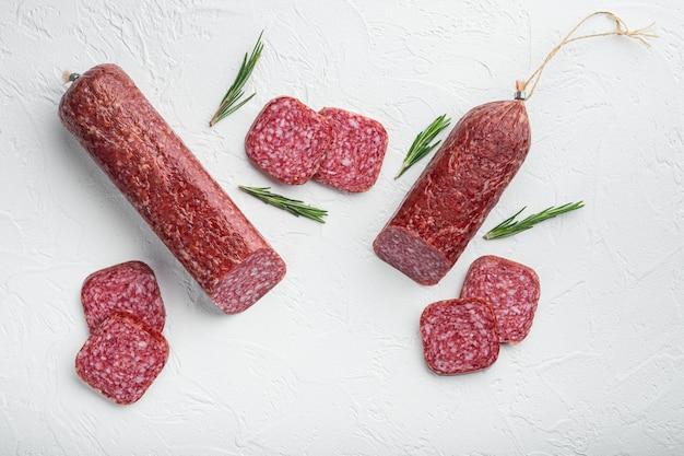 Salami met ingrediëntenset, op witte stenen tafel, bovenaanzicht plat gelegd