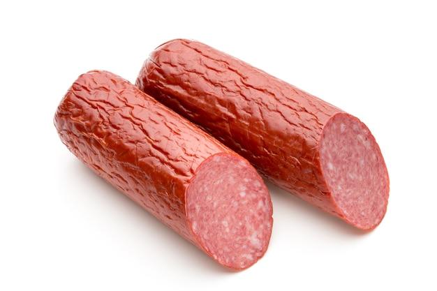 Salami rookworst, basilicumblaadjes uitgesneden.