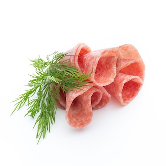 Salami worst plakjes geïsoleerd op wit knipsel
