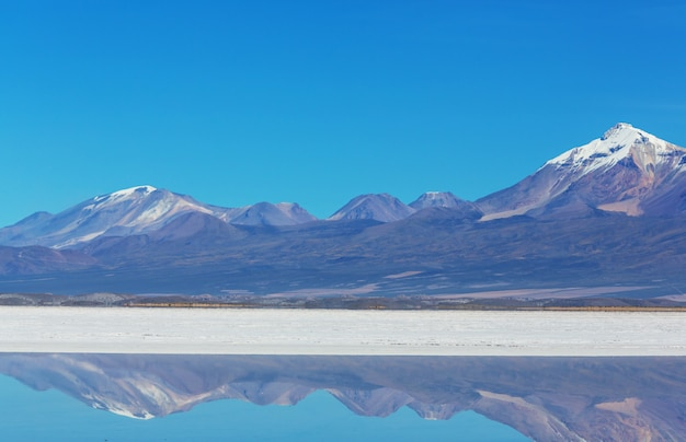 Salar de uyuni, bolivia. grootste zoutvlakte ter wereld ongebruikelijke landschapsnatuur