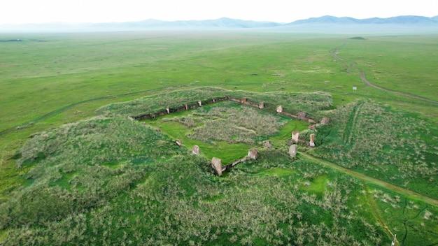 Salbyksky kurgan in khakassia, rusland. een monument uit de oudheid, een cultus van voorouderverering, een historisch erfgoed is een mysterieuze plek. cultuur en toerisme. reizen naar rusland.