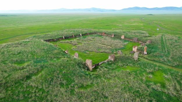 Salbyksky kurgan in khakassia, rusland. een monument uit de oudheid, een cultus van voorouderverering, een historisch erfgoed is een mysterieuze plek. cultuur en toerisme.